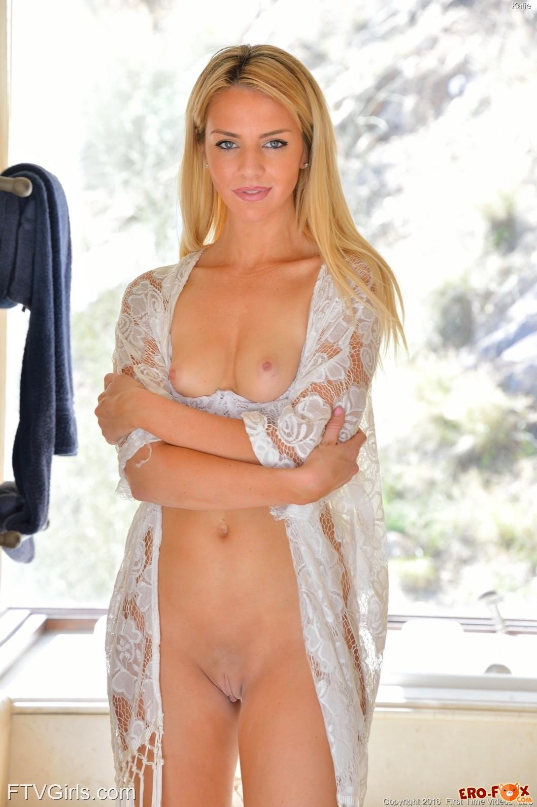 Спортивная блондинка показывает голую письку