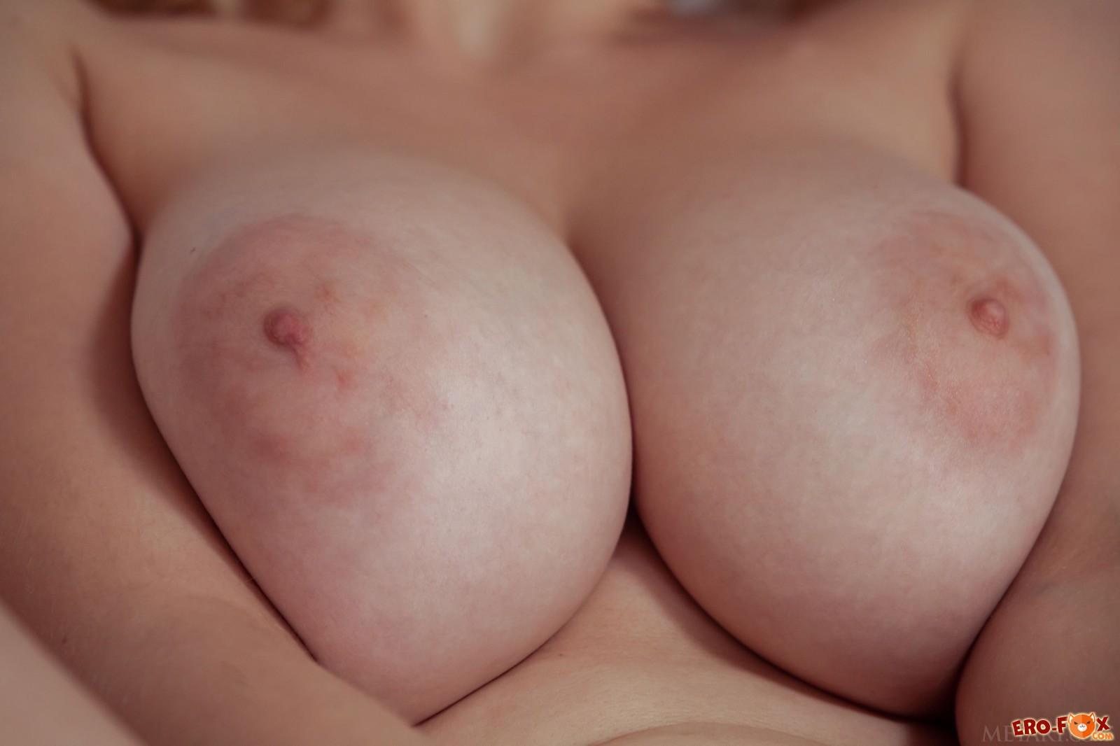 Натуральные дойки сексапильной девушки в пеньюаре