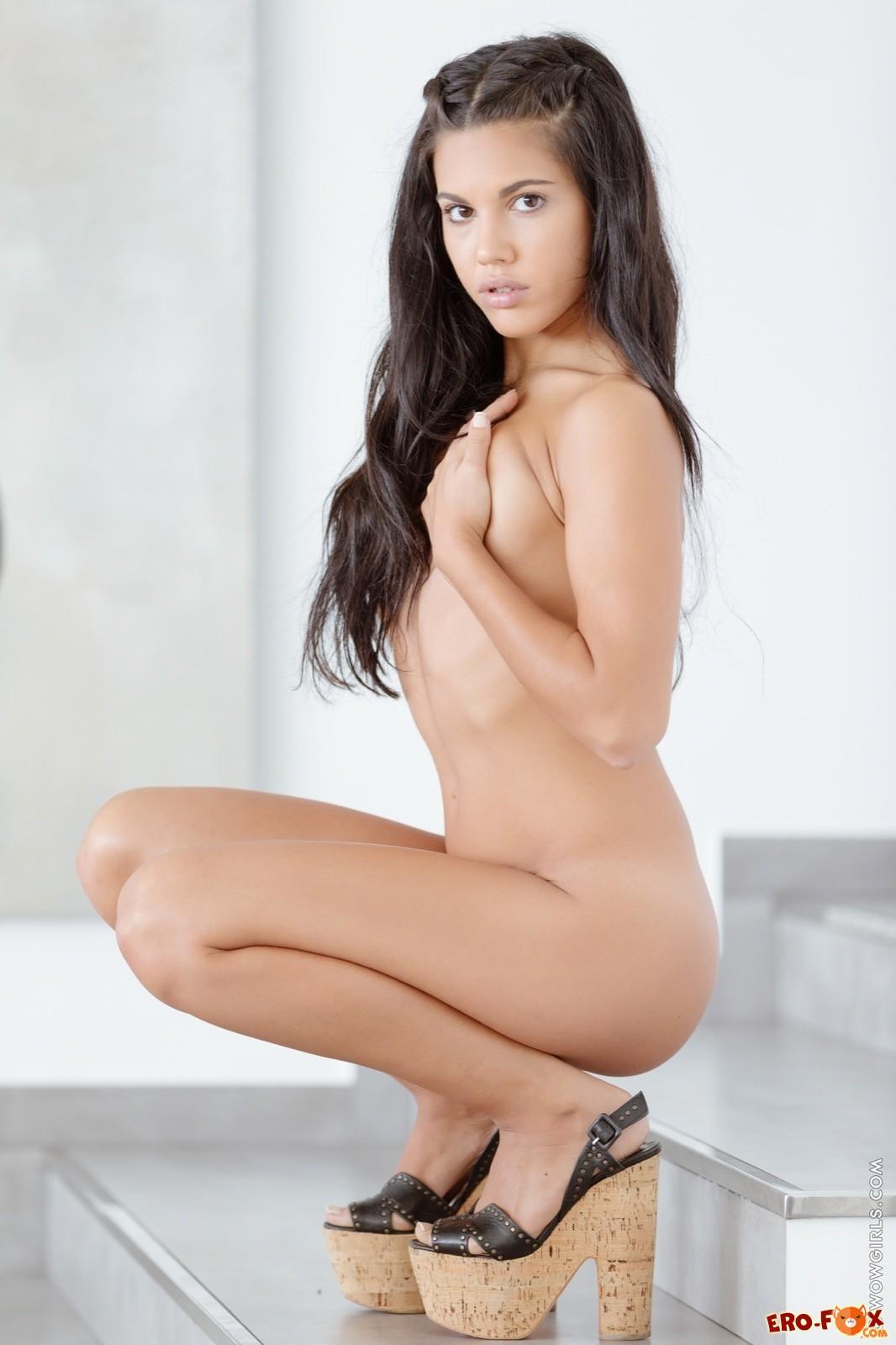 Симпатичная девушка с очень мелкими сиськами