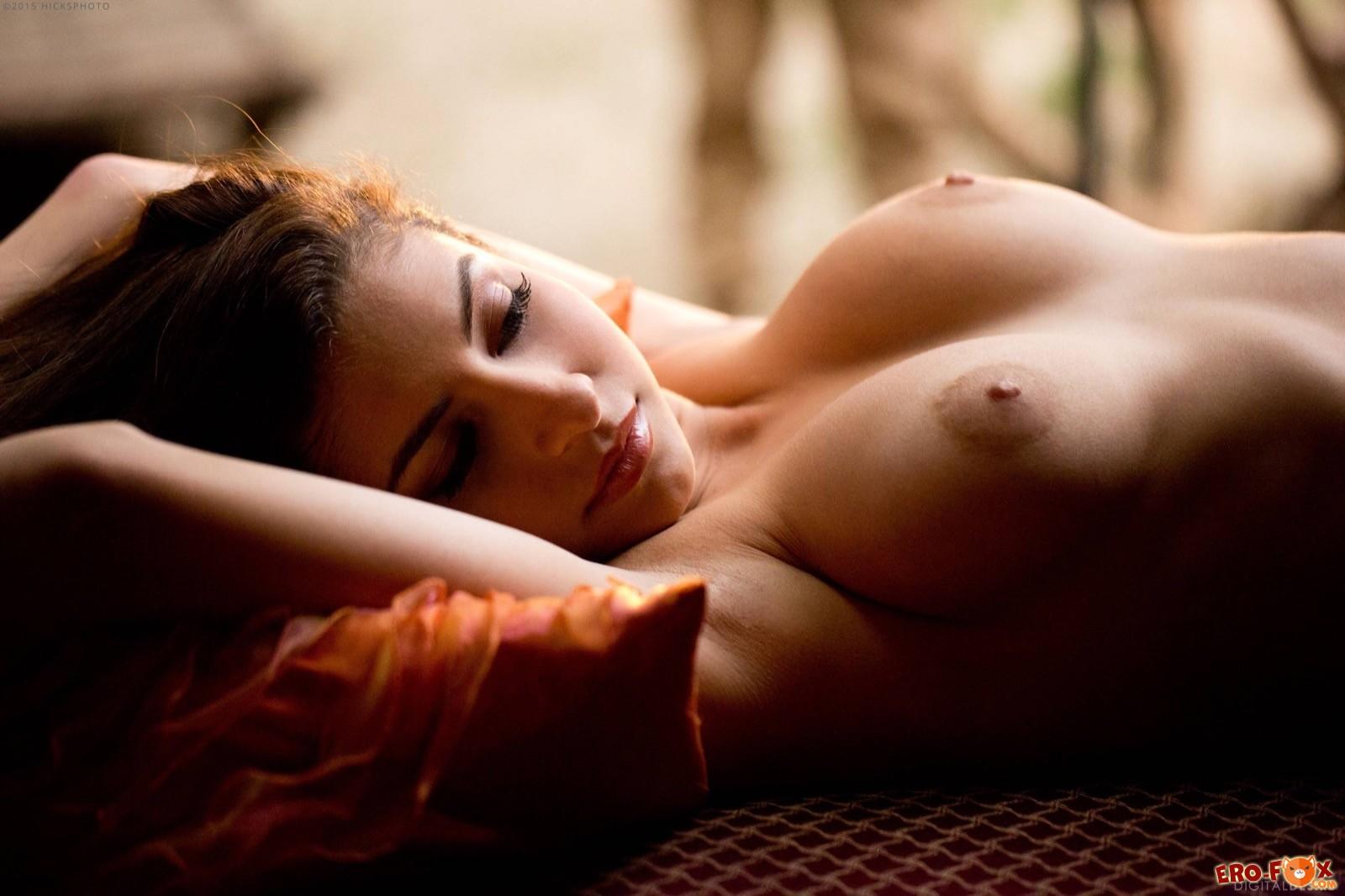 Красивая девушка показала натуральные висячие сиськи