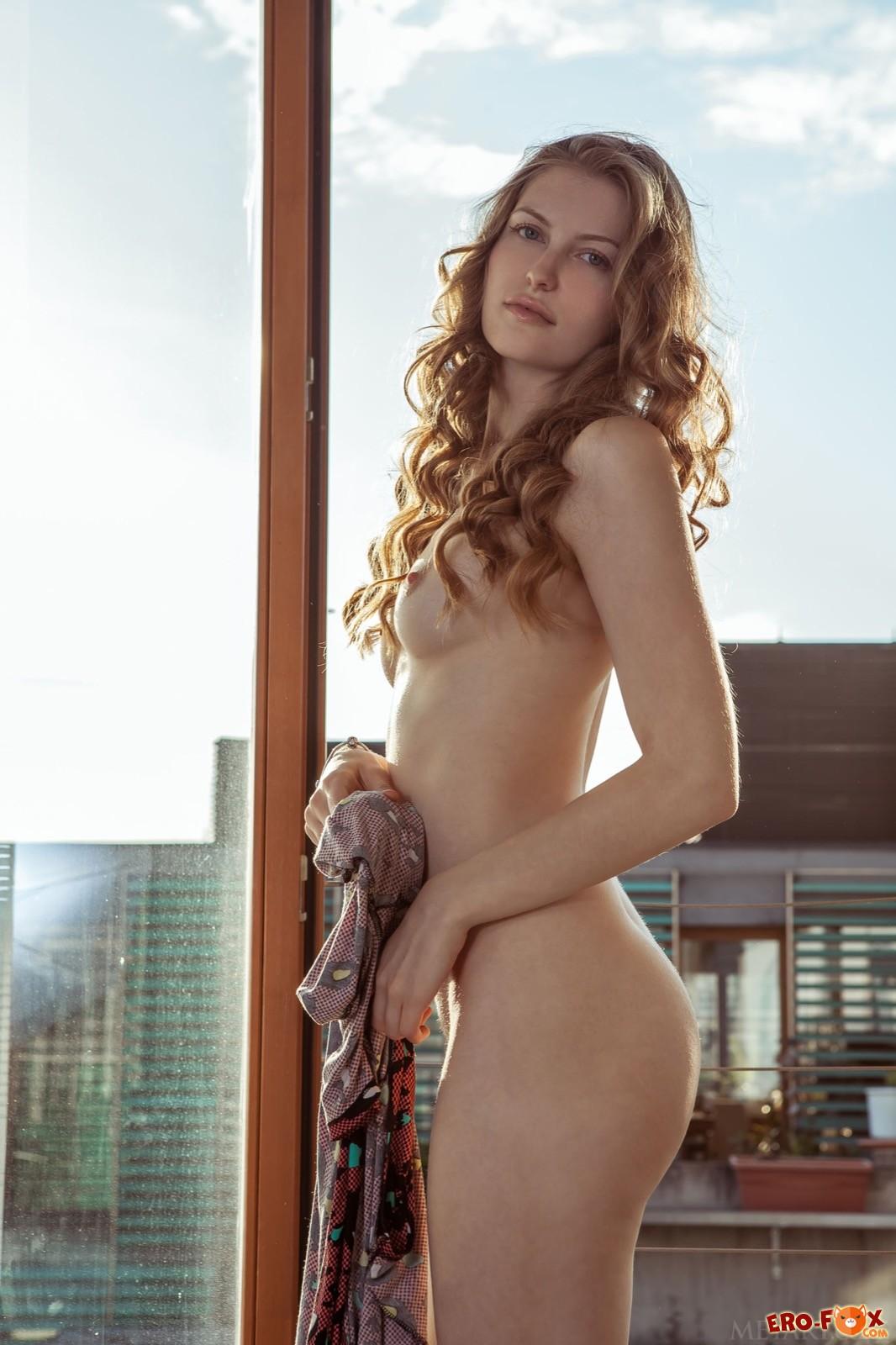 Девушка с пушистой голой киской