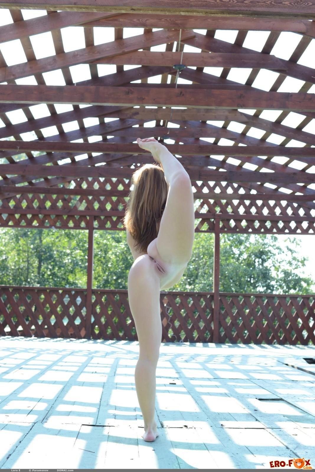 Голая девушка эротично выгибает сексуальное тело