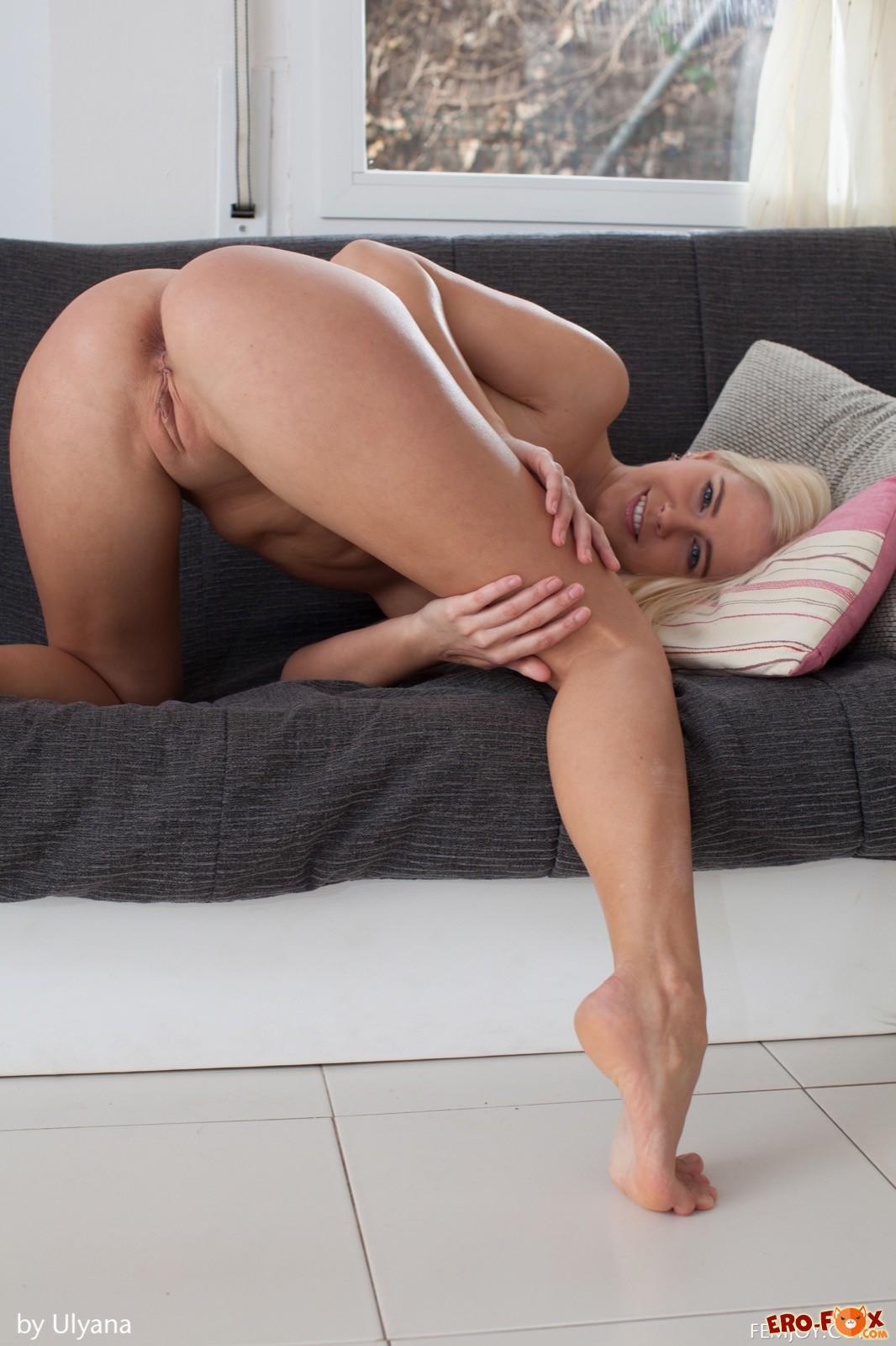 Блондинка показывает голую бритую письку раком