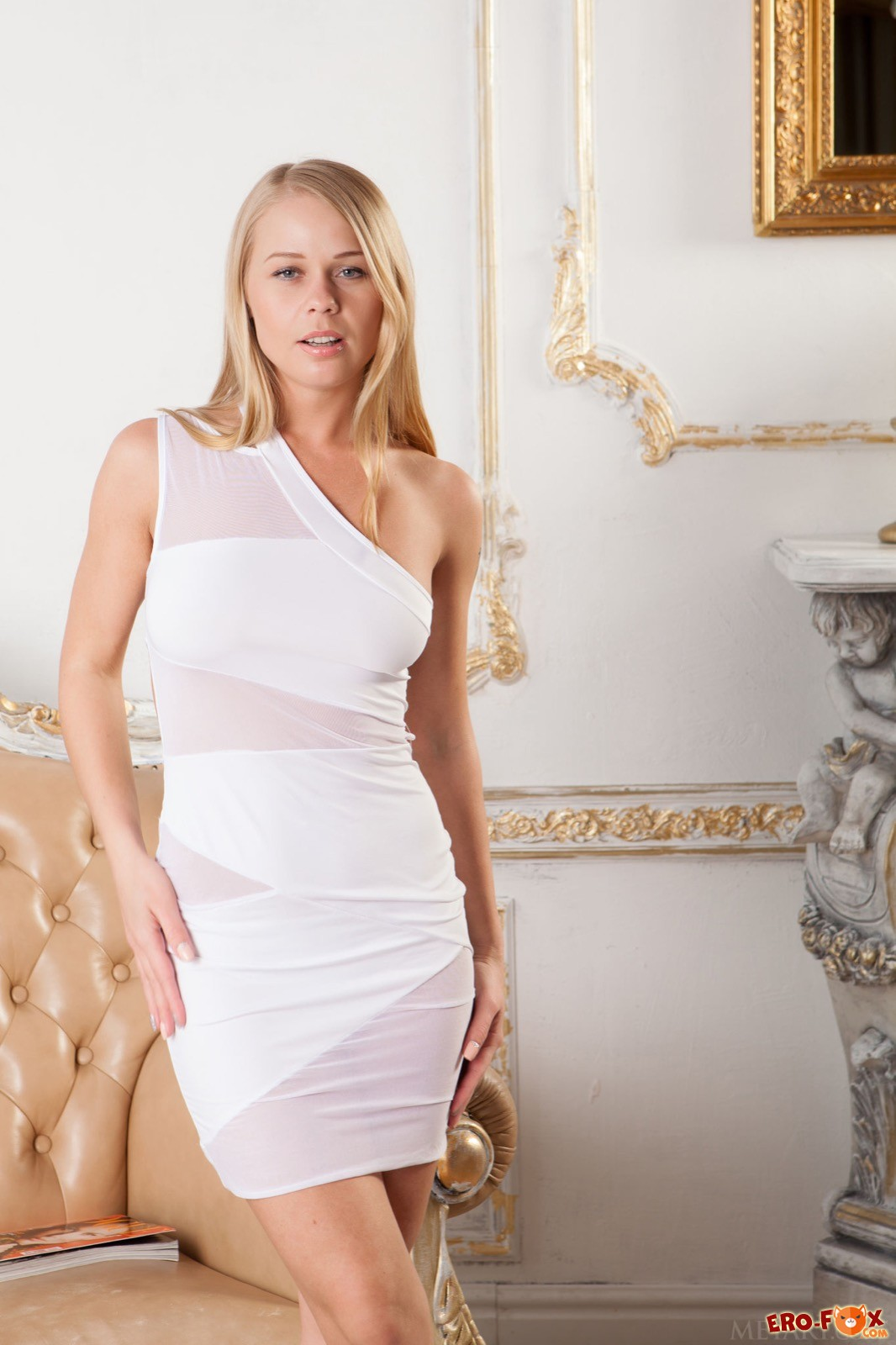 Женщина с красивой грудью сняла платье и трусики