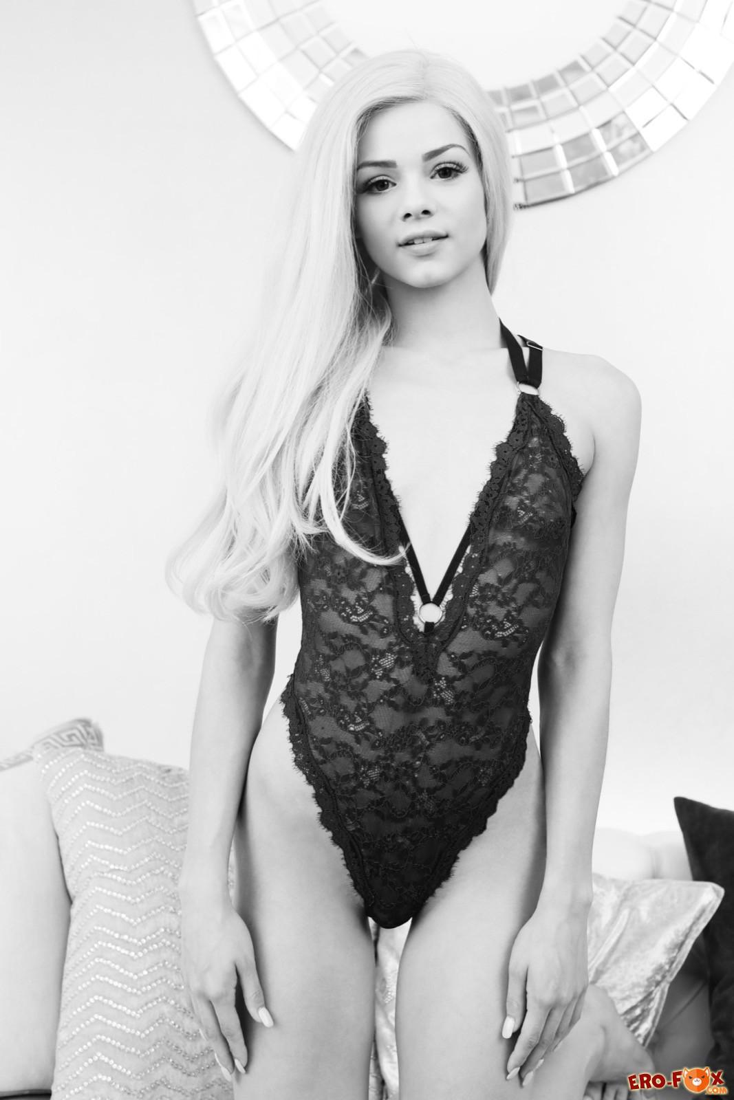 Голая девушка на чёрно-белых фото