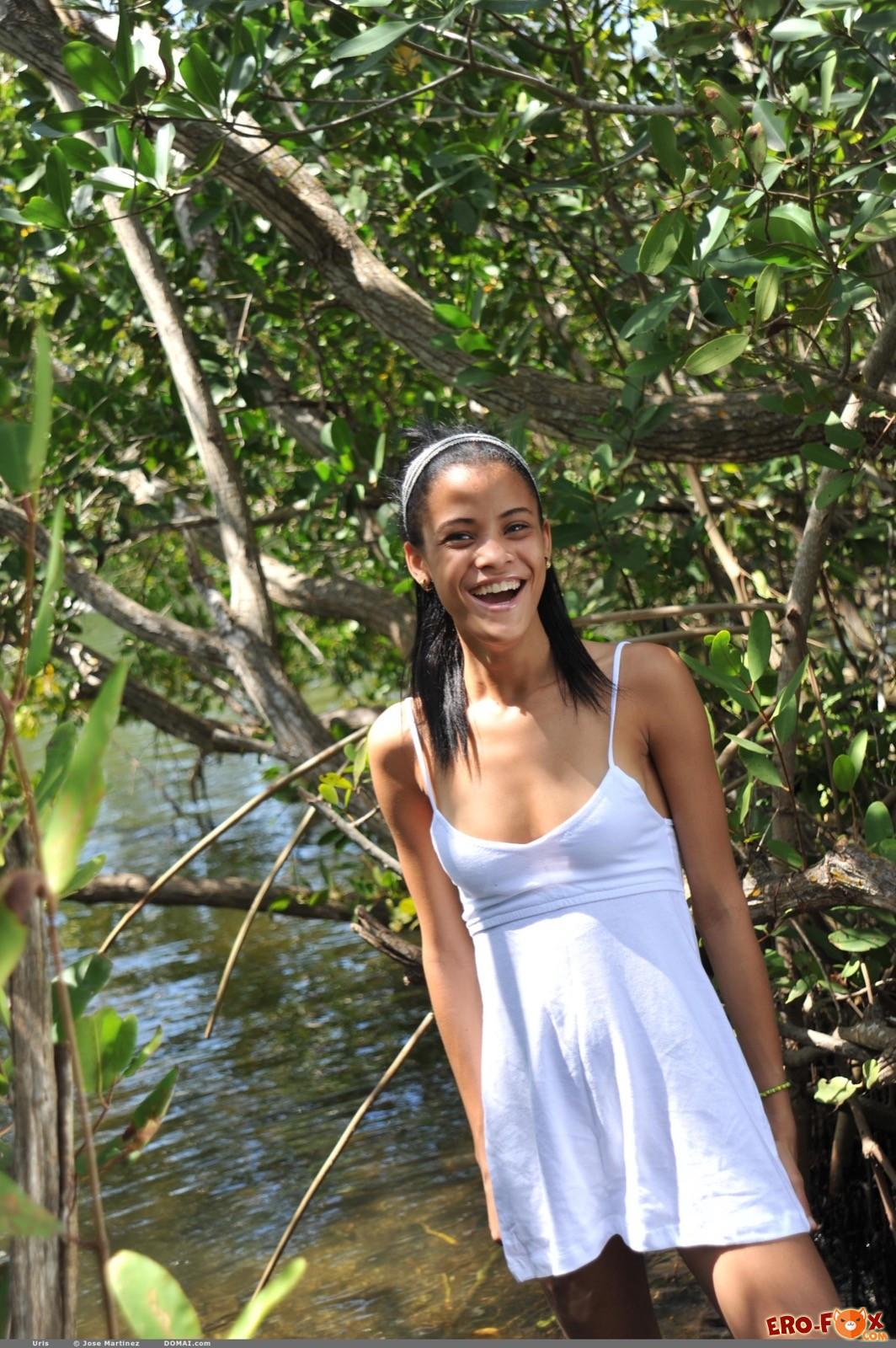 Сексуальная смуглая девушка купается в речке