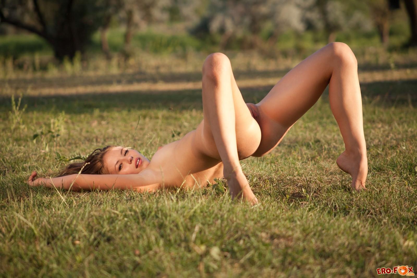Сексуальная девушка сняла платье на природе