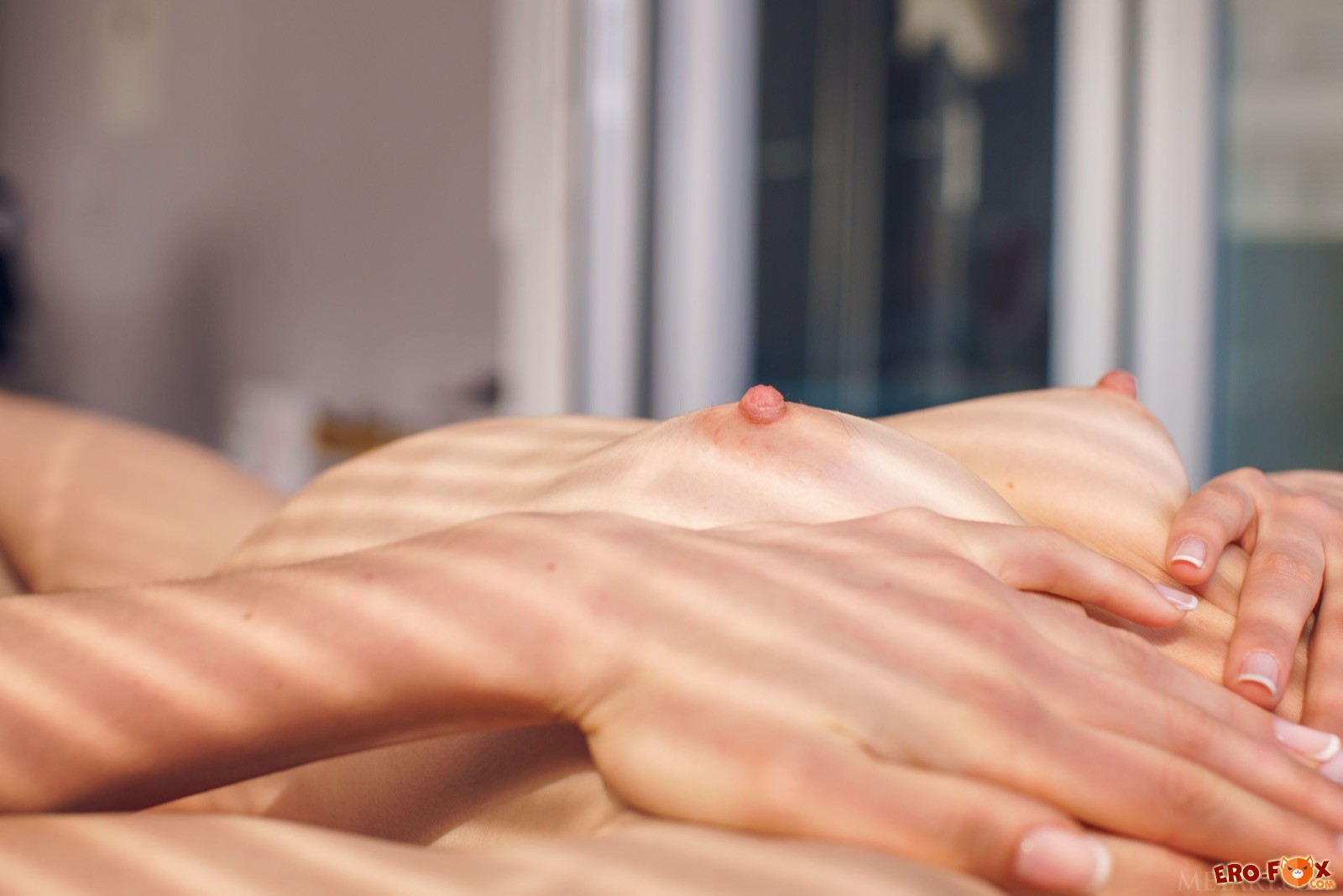 Тощая девушка с плоской грудь оголилась в постели