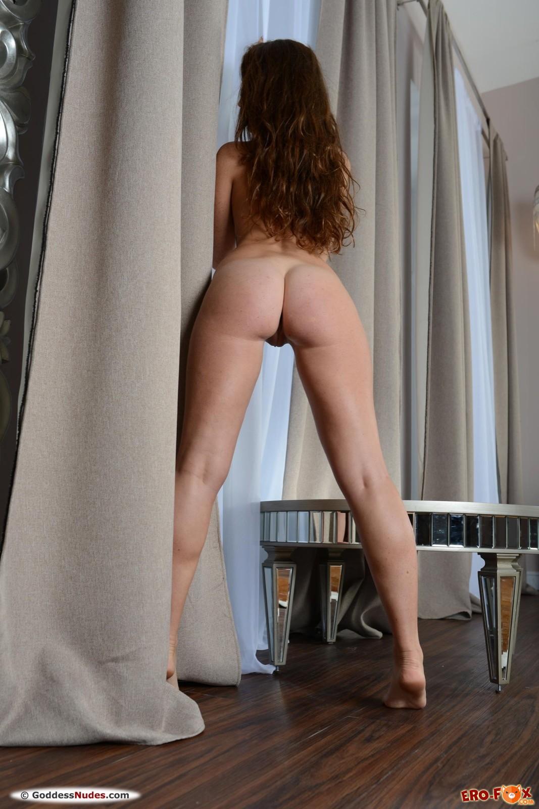 Аппетитная девушка с сексуальной попой
