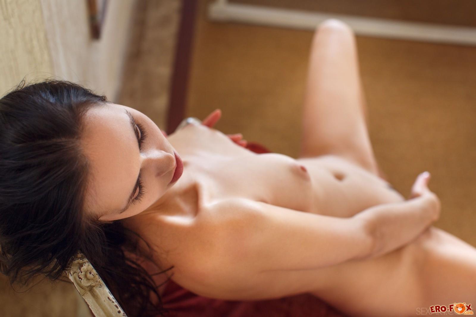 Красотка с сексуальным телом сняла прозрачные трусы