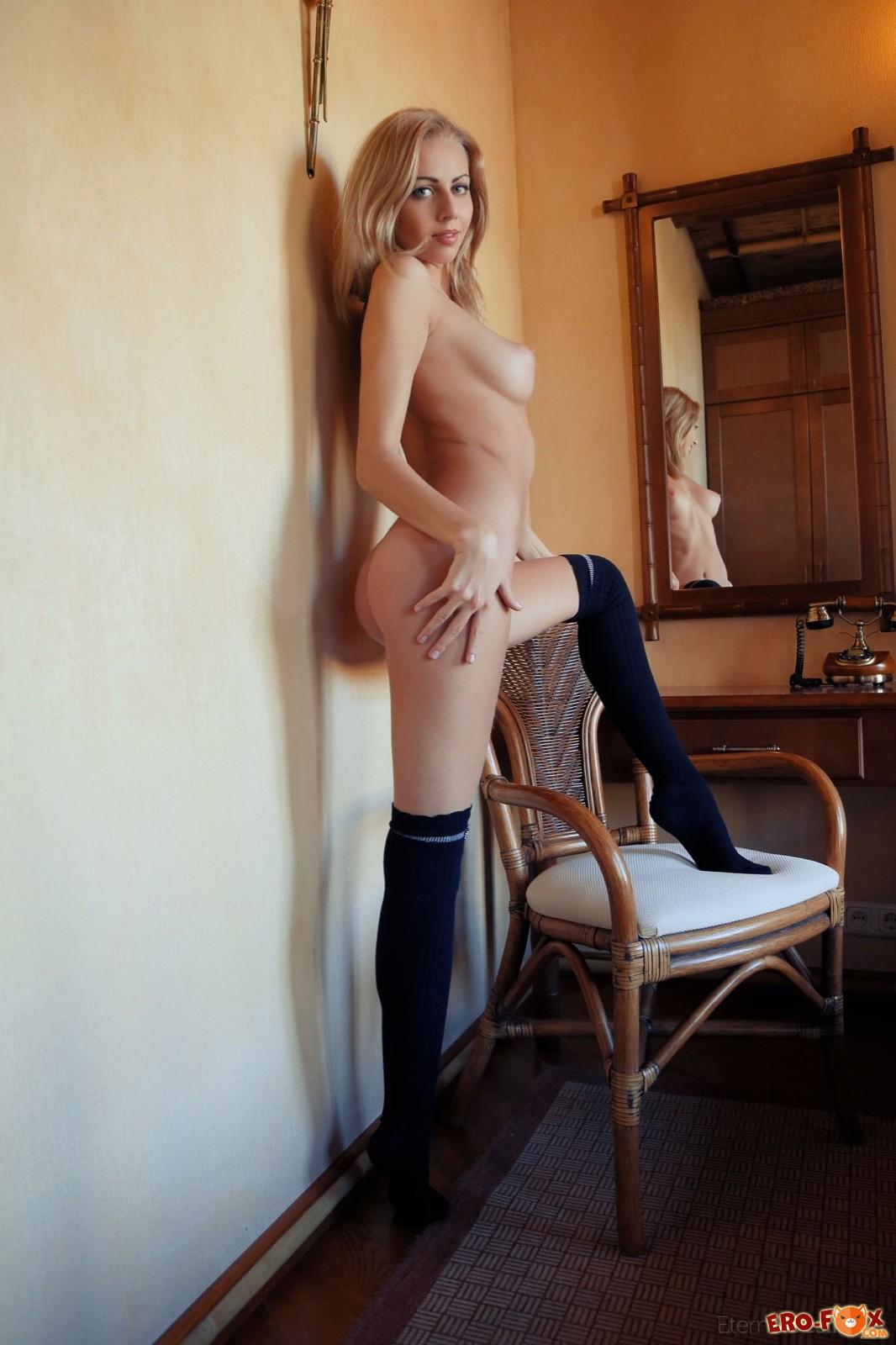 Сексапильная блондинка с натуральной грудью в чулках