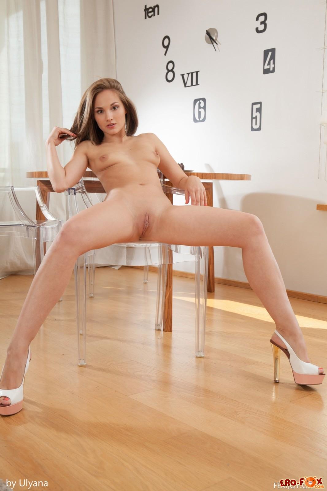 Симпатичная голая девушка с маленькой грудью