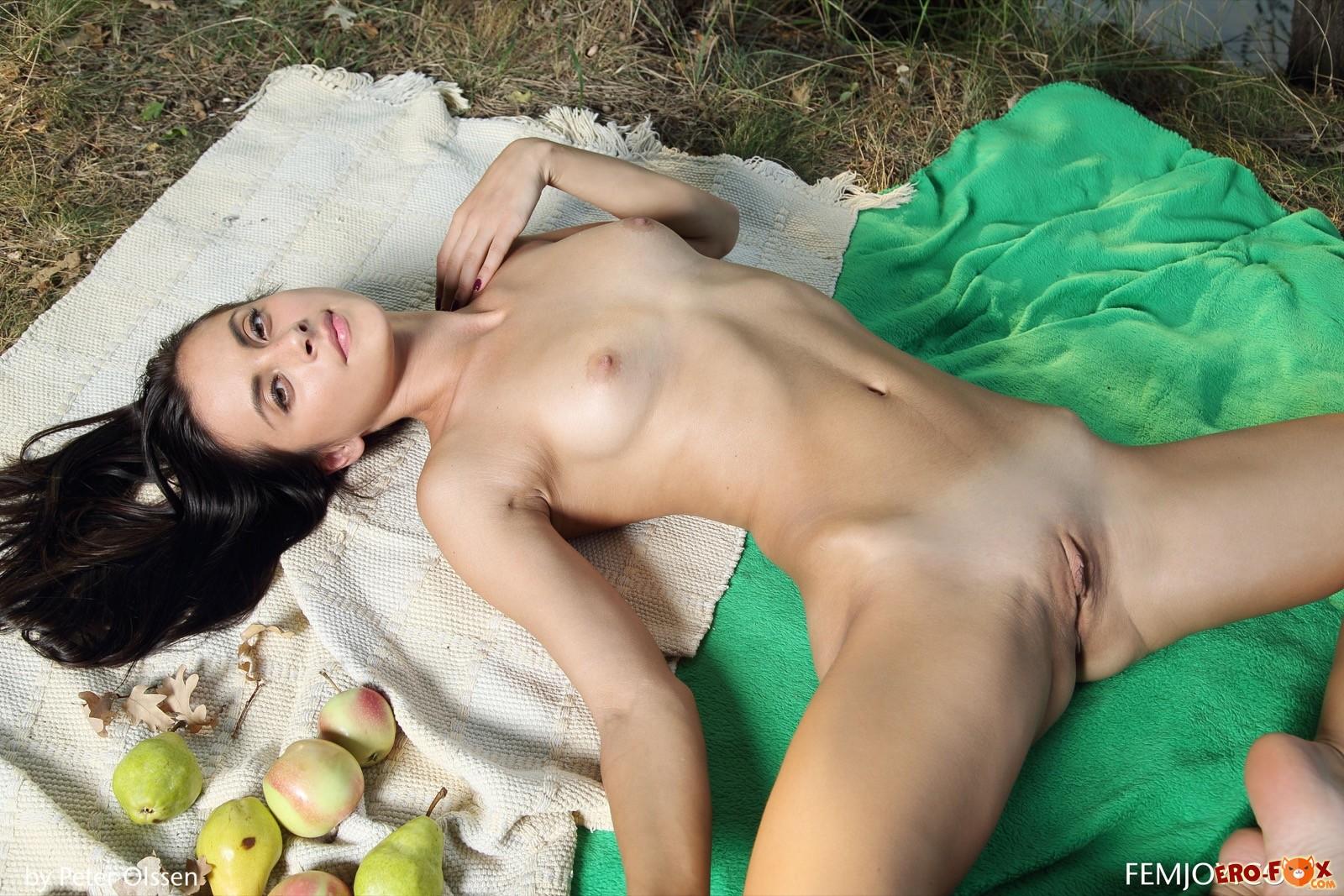 Голая девушка отдыхает на берегу речки