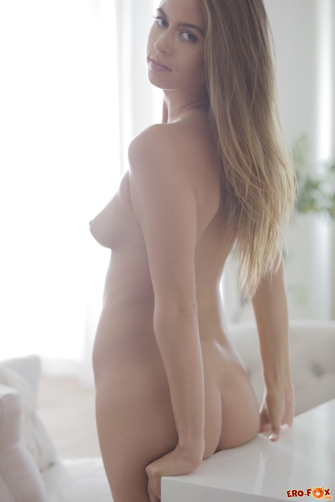 Сексапильная девица снимает кружевное белое бельё