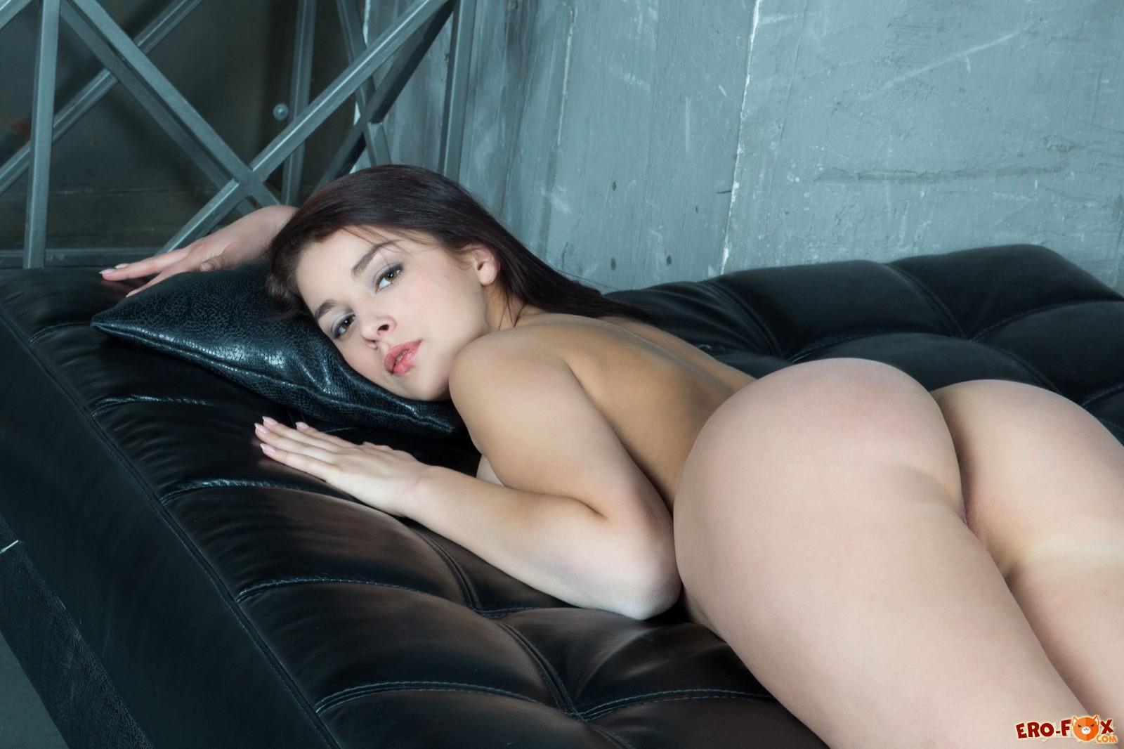 Голая девка с крупной грудью