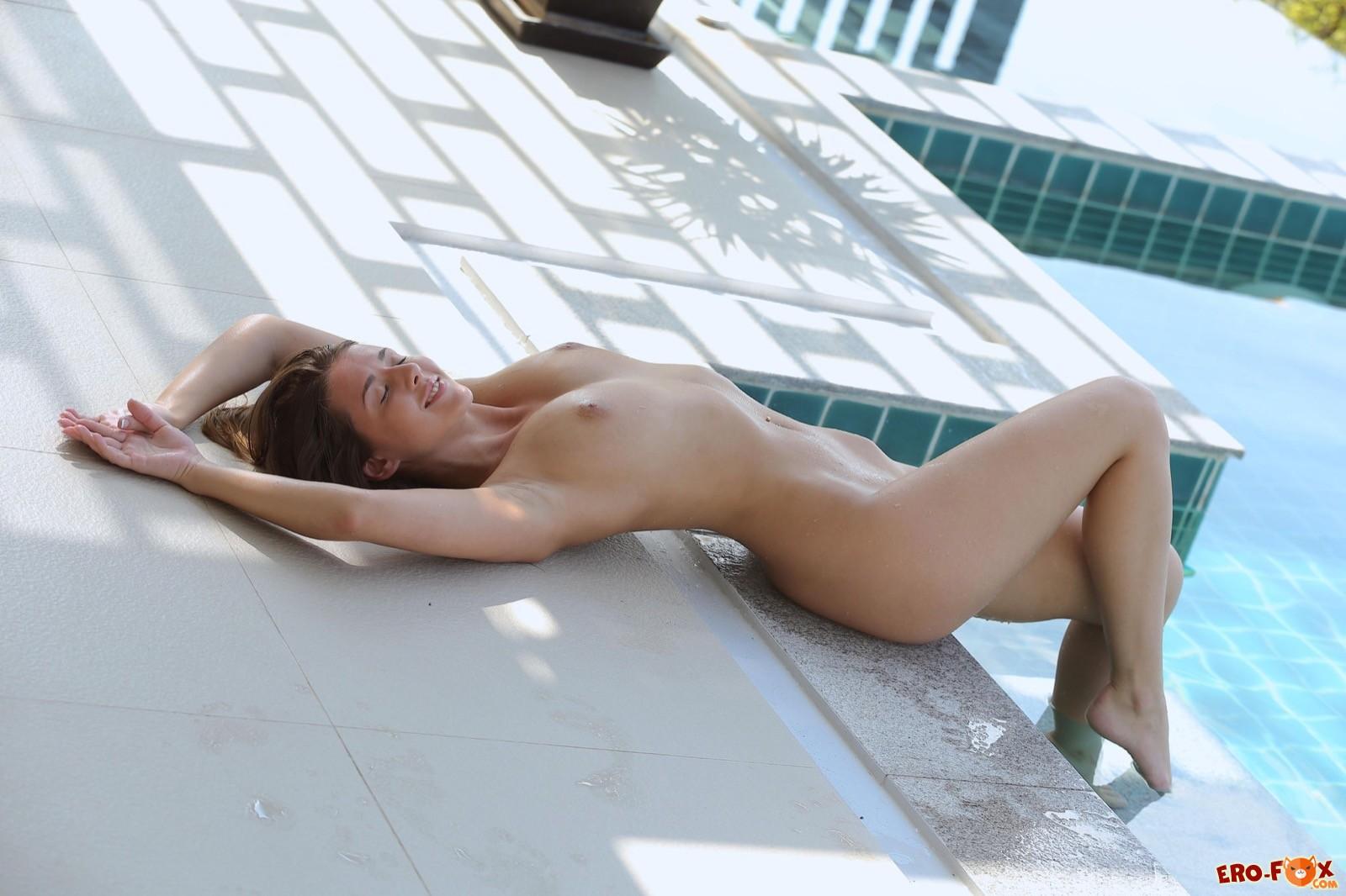 Голая девушка искупалась в бассейне