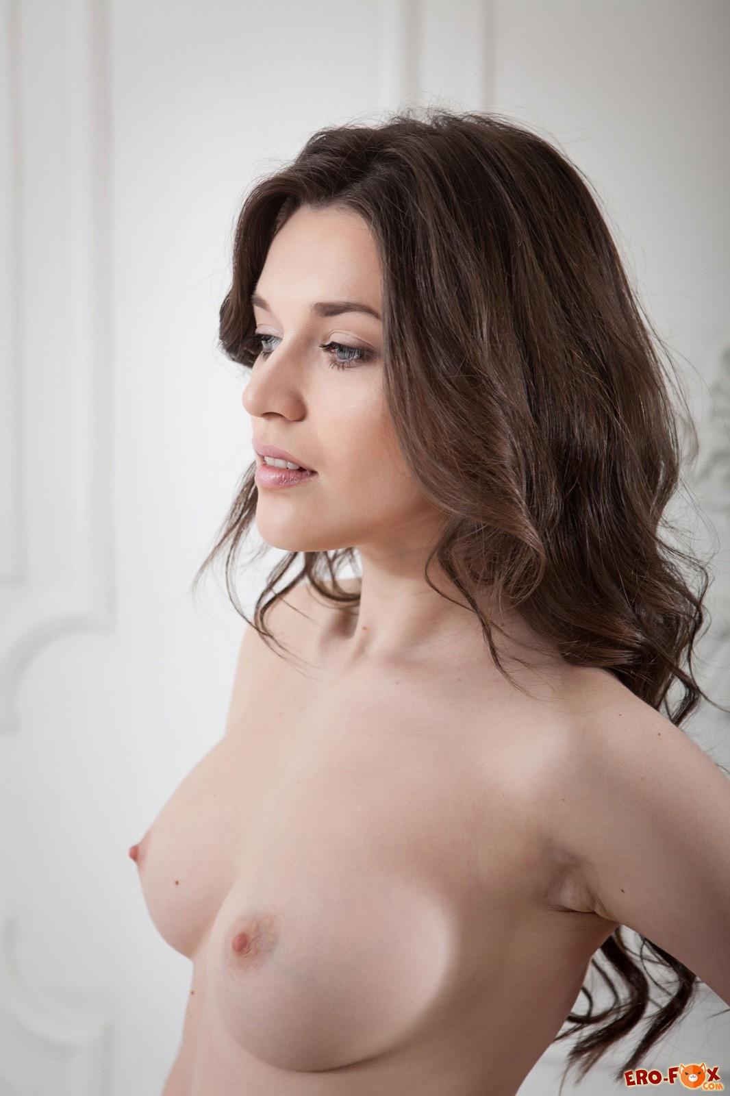 Сексуальная девушка с красивой голой писькой