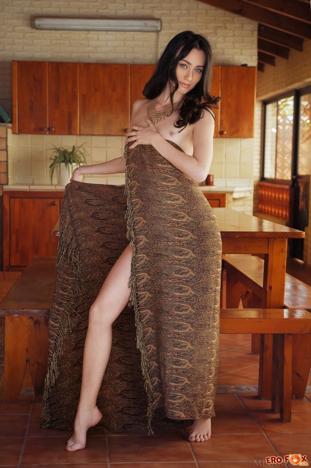 Обнажённая брюнетка с красивыми ногами и попой