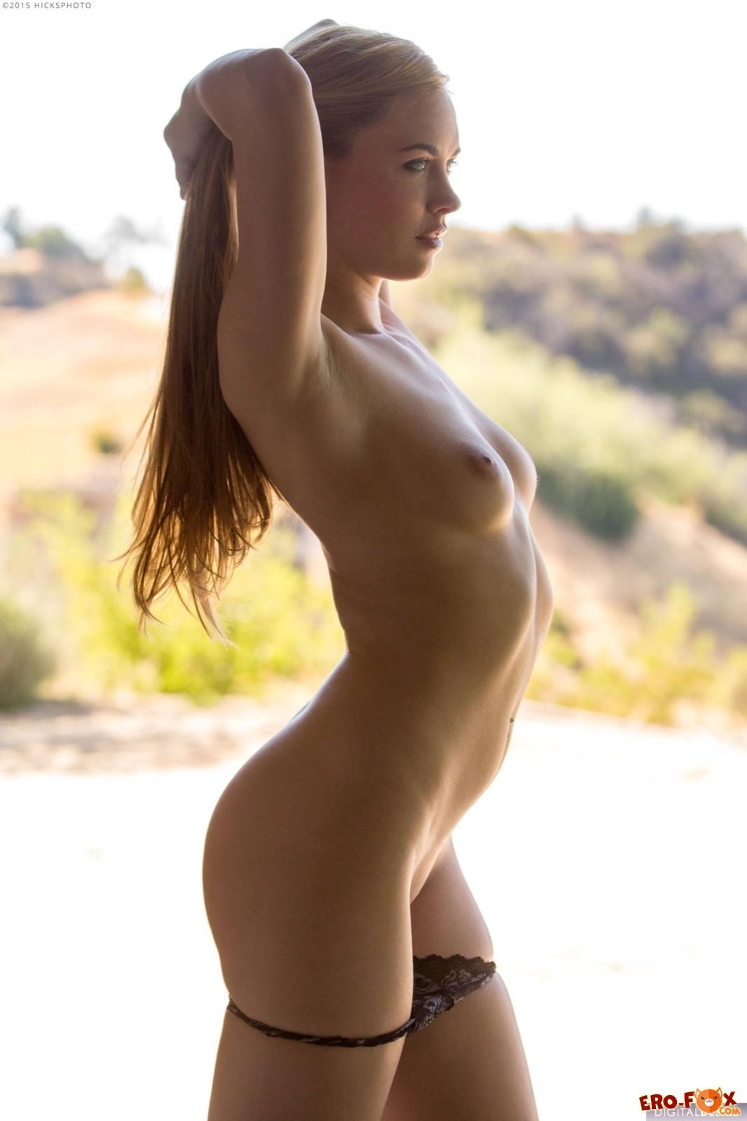 Привлеактельная блондинка с заманчивой попкой