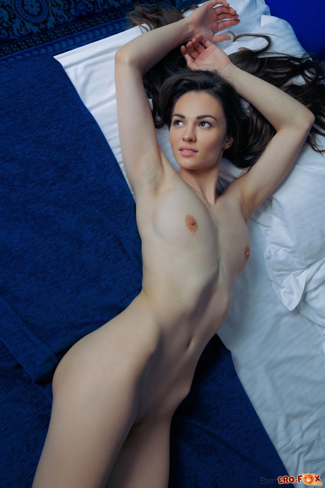Девица со сладкой попкой встает раком в постели