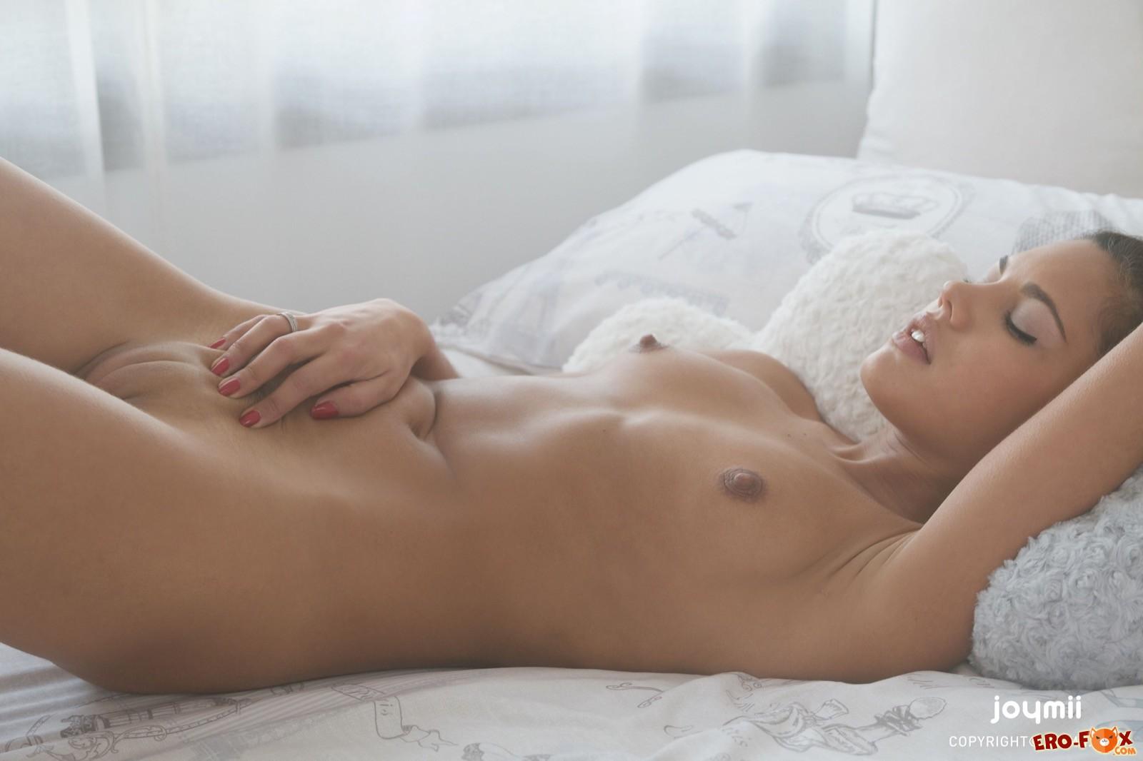 Загорелая брюнетка с бритой киской в постели