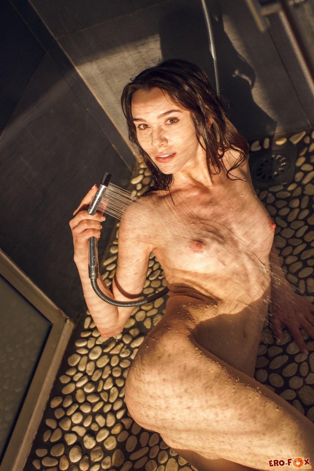 Мокрая голая красавица моется в душе
