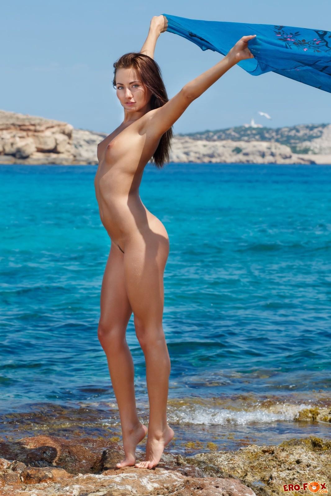 Девушка на каблуках снимает купальник