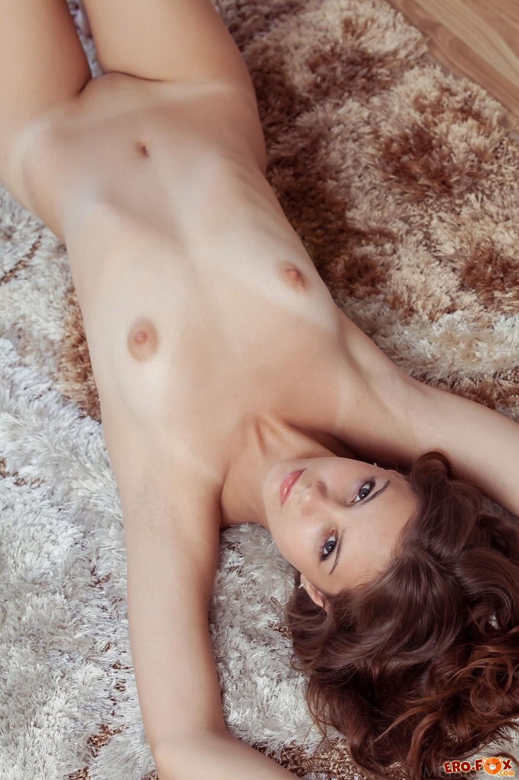 Обнаженная красавица с маленькой грудью