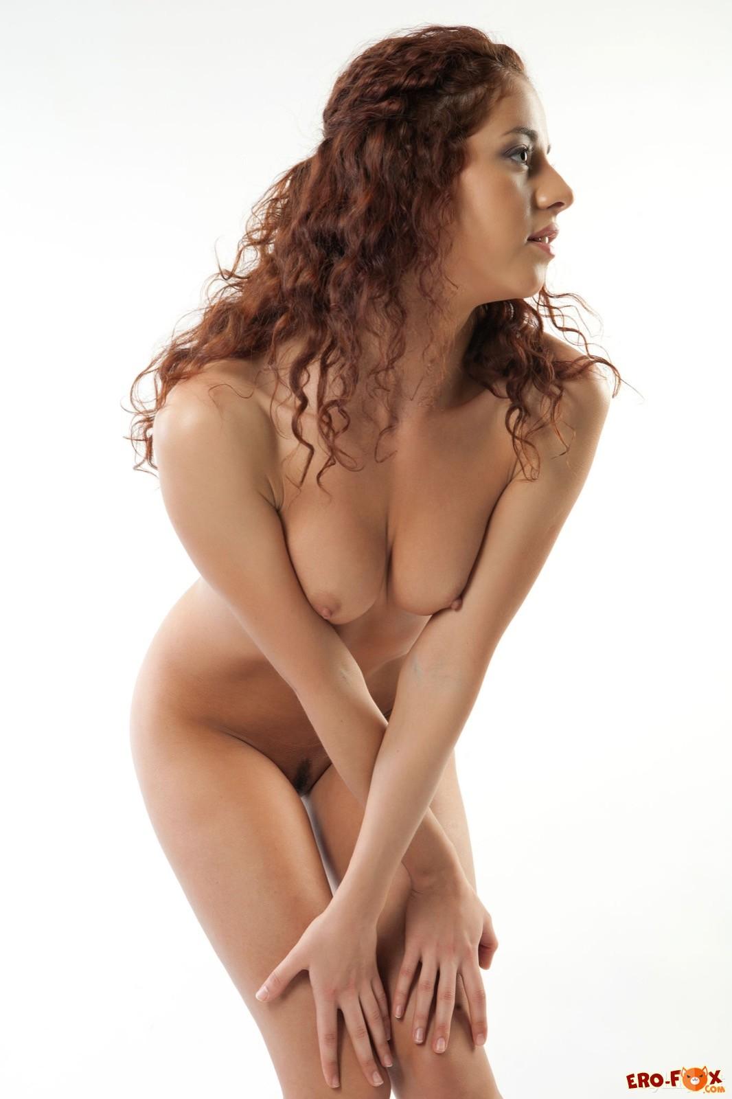 Кудрявая голая девушка на кровати