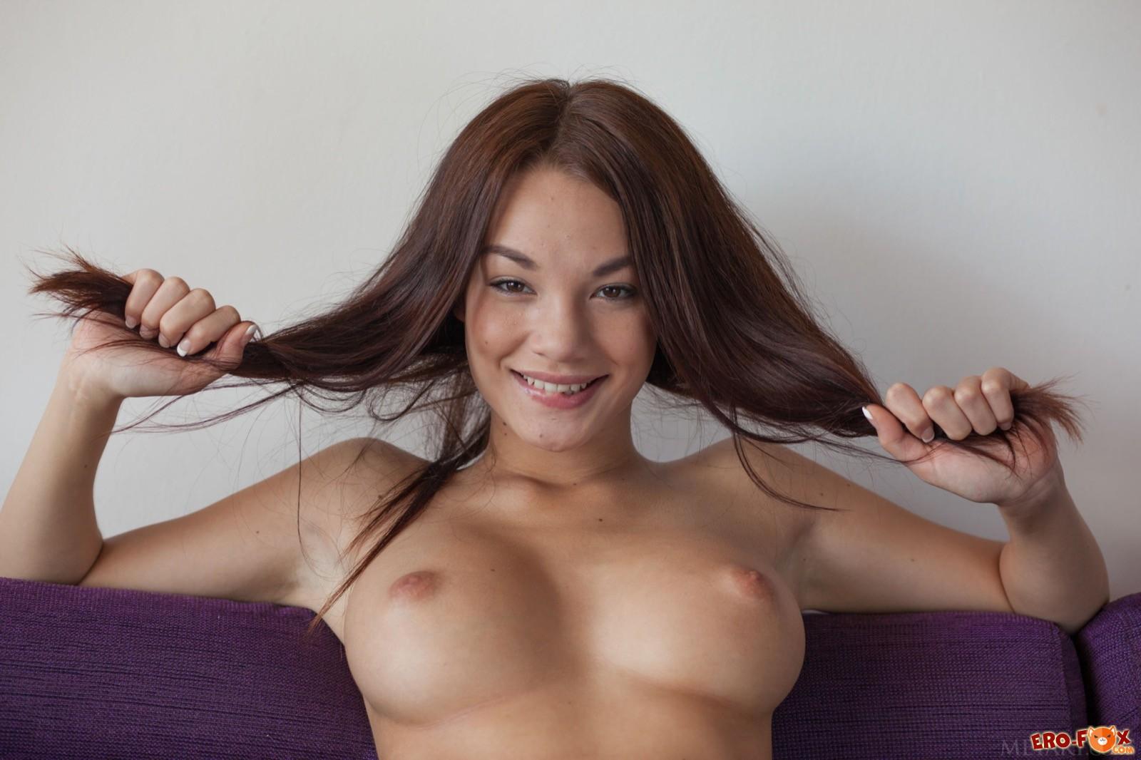 Симпатичная азиатка позирует в подвязке и туфлях