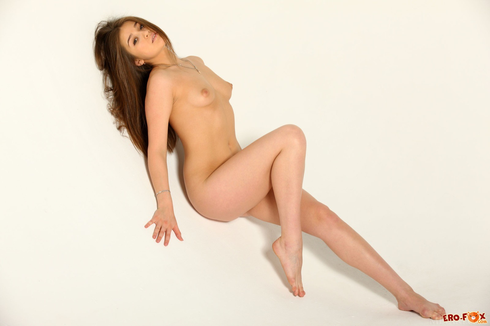 Голая девушка измазала тело маслом