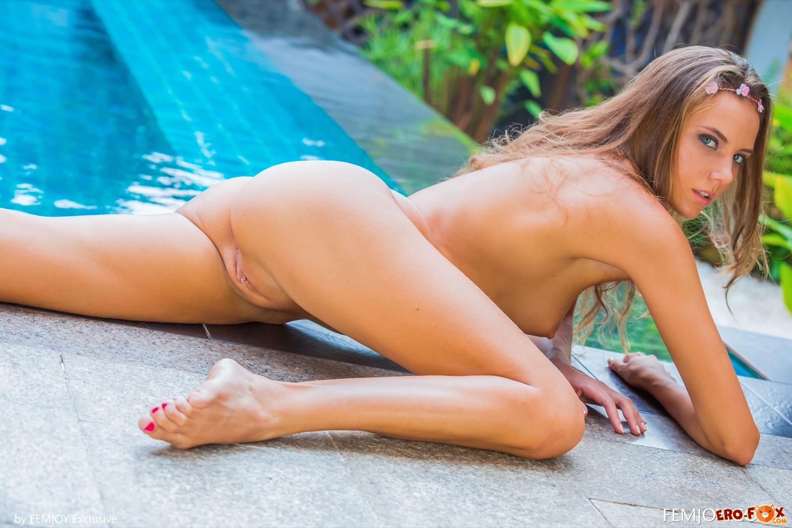 Голая красотка позирует у бассейна