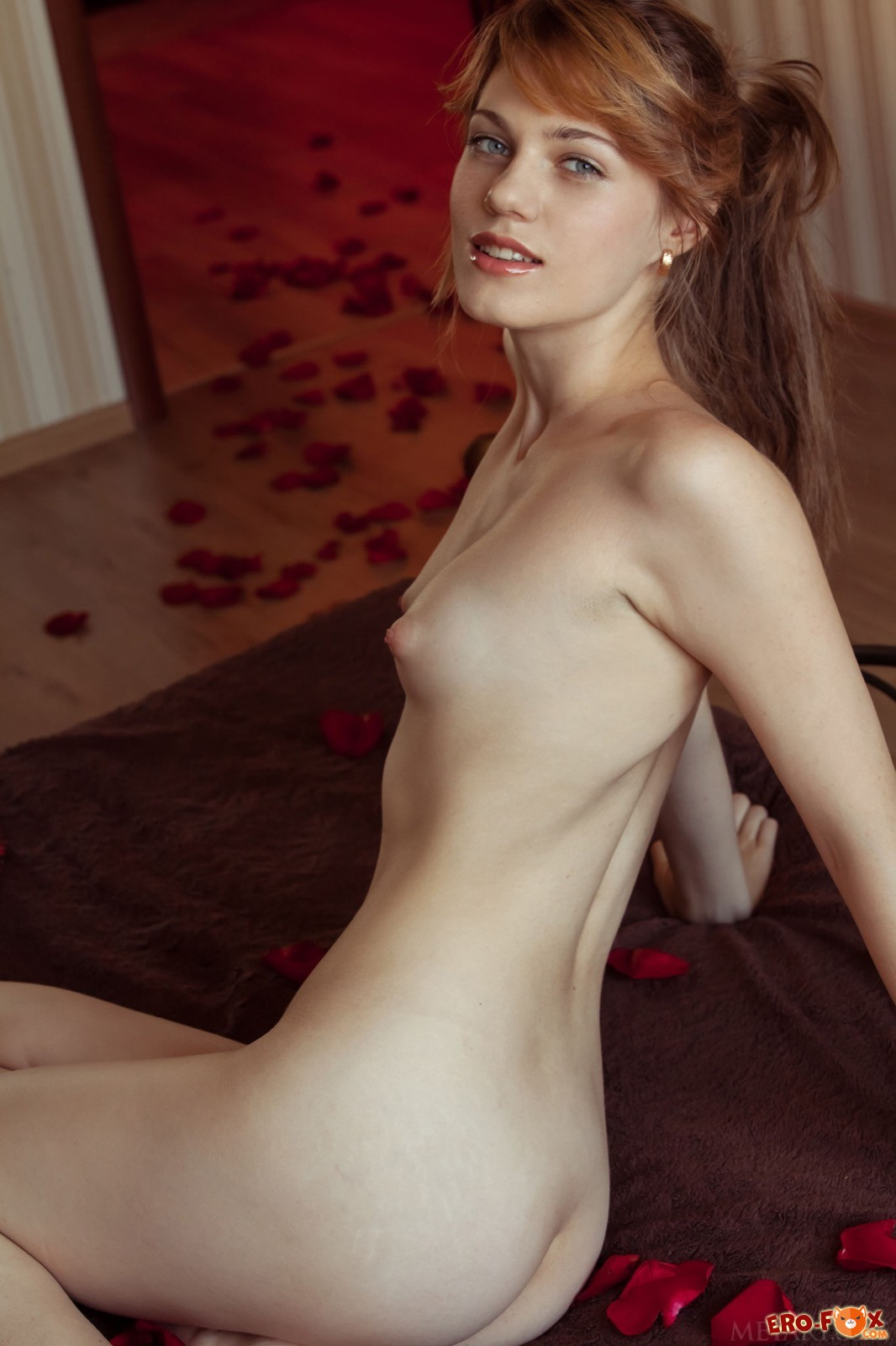 Девушка соблазнительно сняла трусики в постели