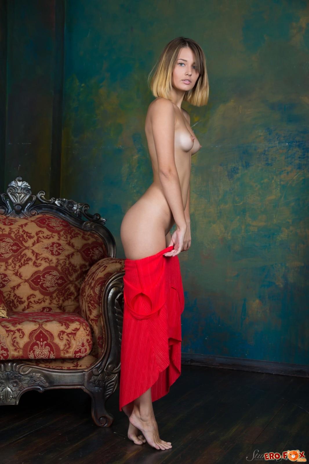 Торчащие сосочки на маленькой груди голой девушки