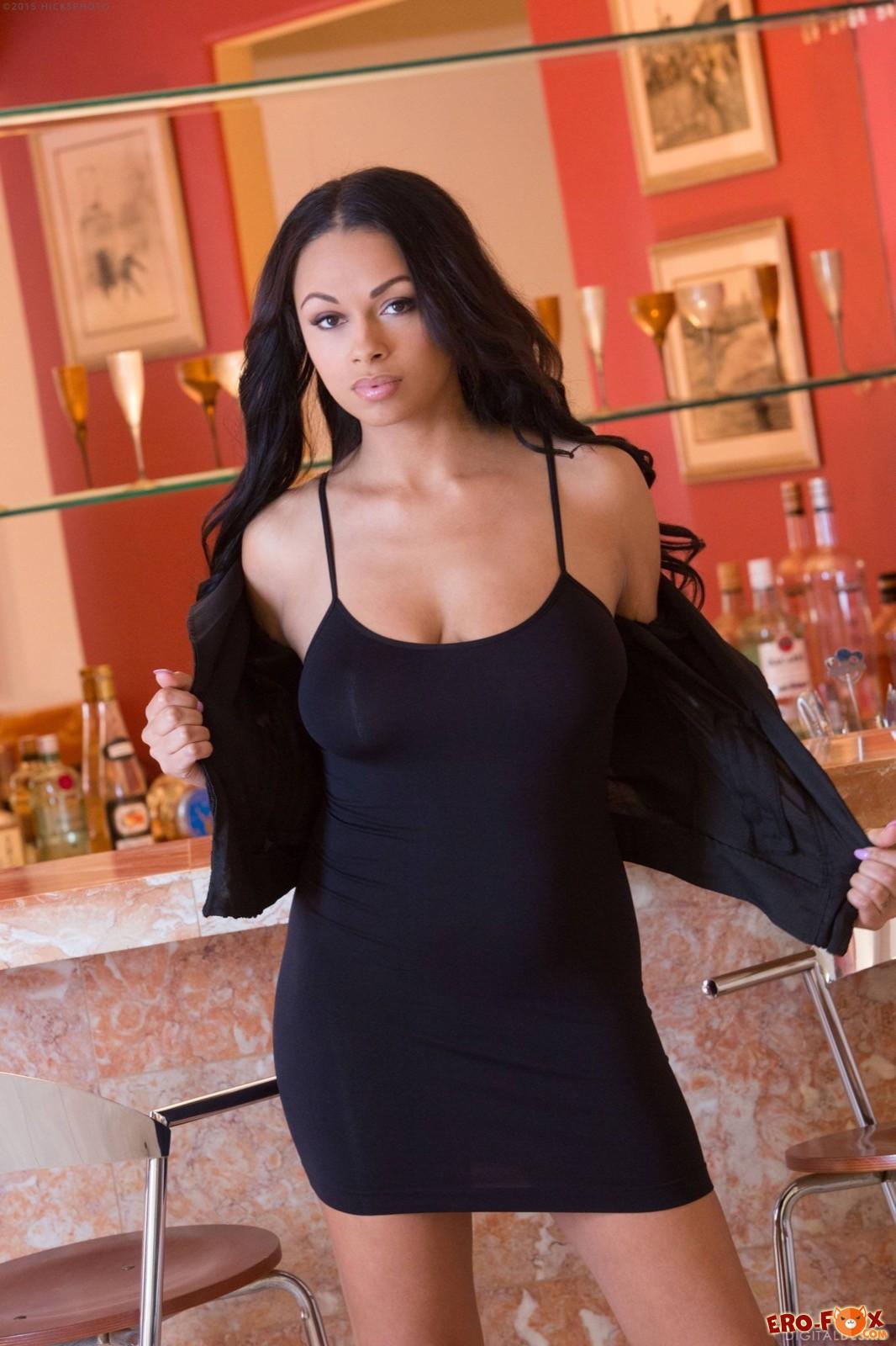 Грудастая мулатка с бритой киской сняла платье