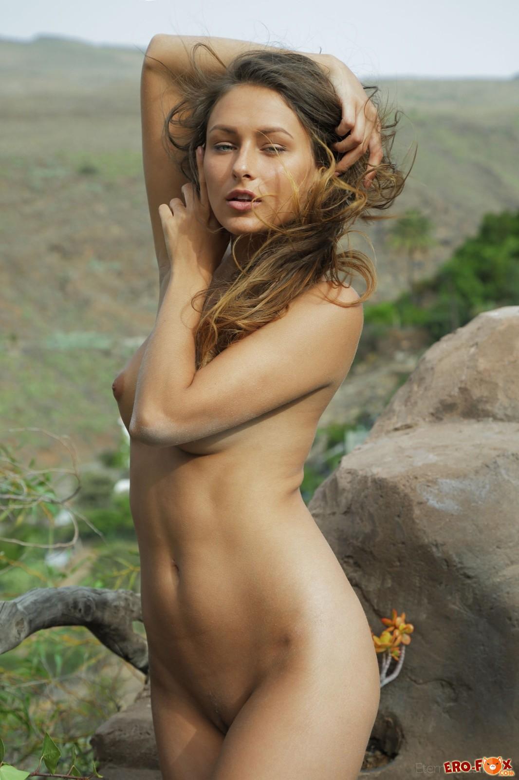 Сексуальное тело обнаженной девушки на природе