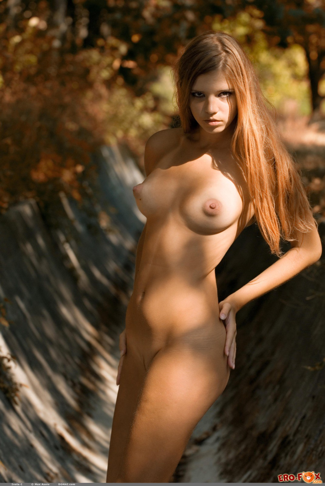 Прогулка голой девушки по парку