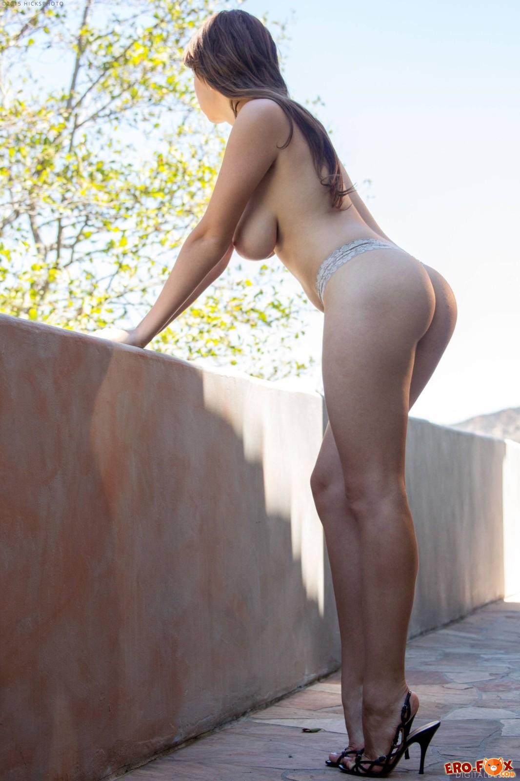 Голая девушка с большими буферами