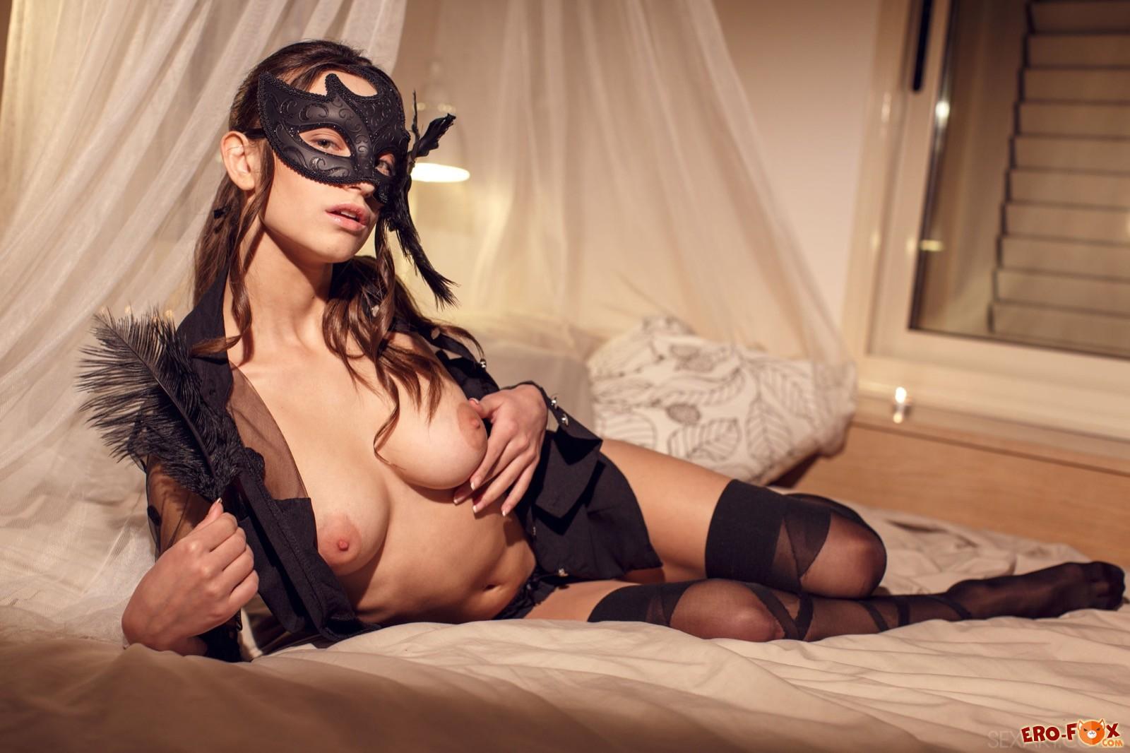 Загадочная девка в маске оголила натуральную грудь