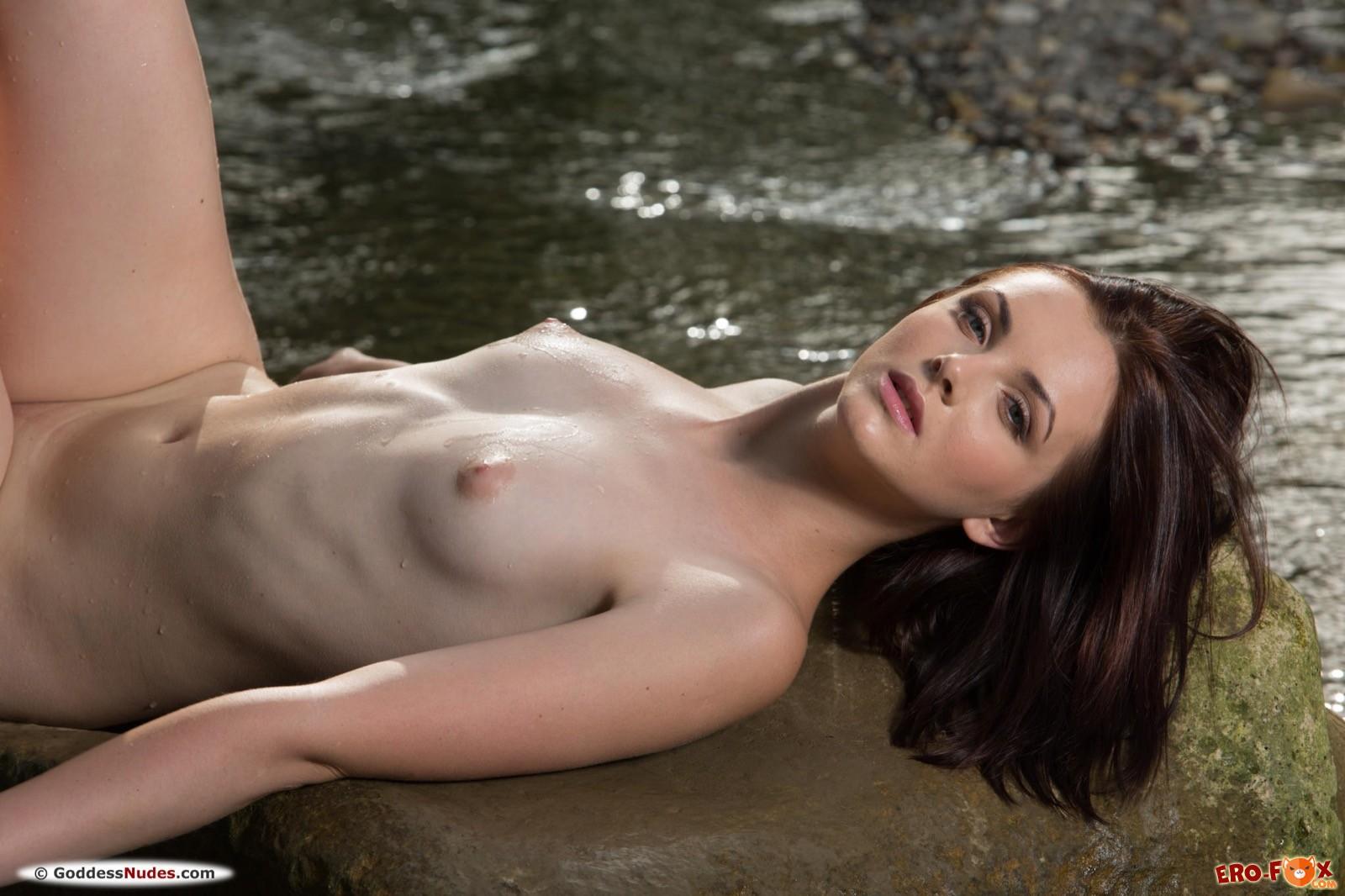 Раздетая девушка показывает худенькое тело в речке