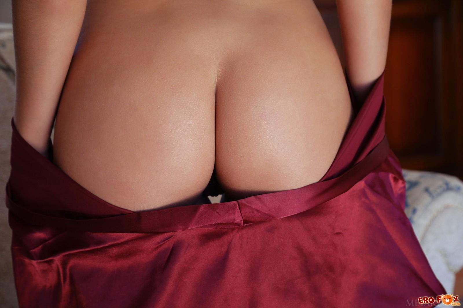 Голая попа под шёлковым халатом