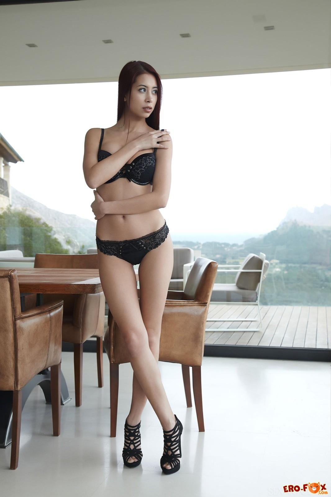 Голая азиатка с красивой попкой на каблуках