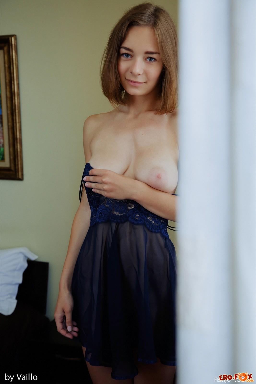 Девушка с натуральной грудью снимает пеньюар