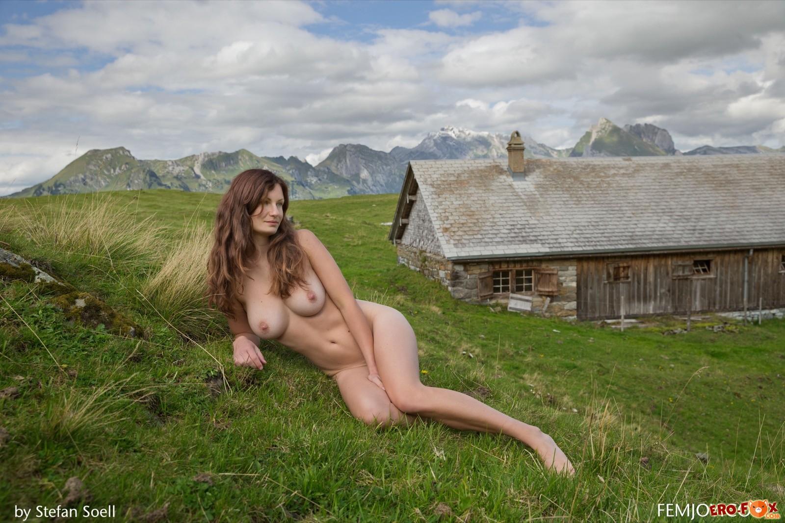 Голая девушка с очень красивой грудью
