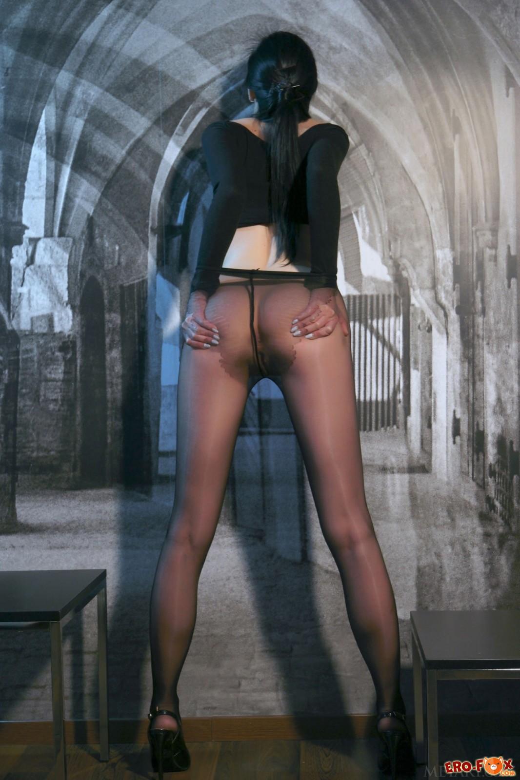 Девушка в колготках без трусов показала бритую киску