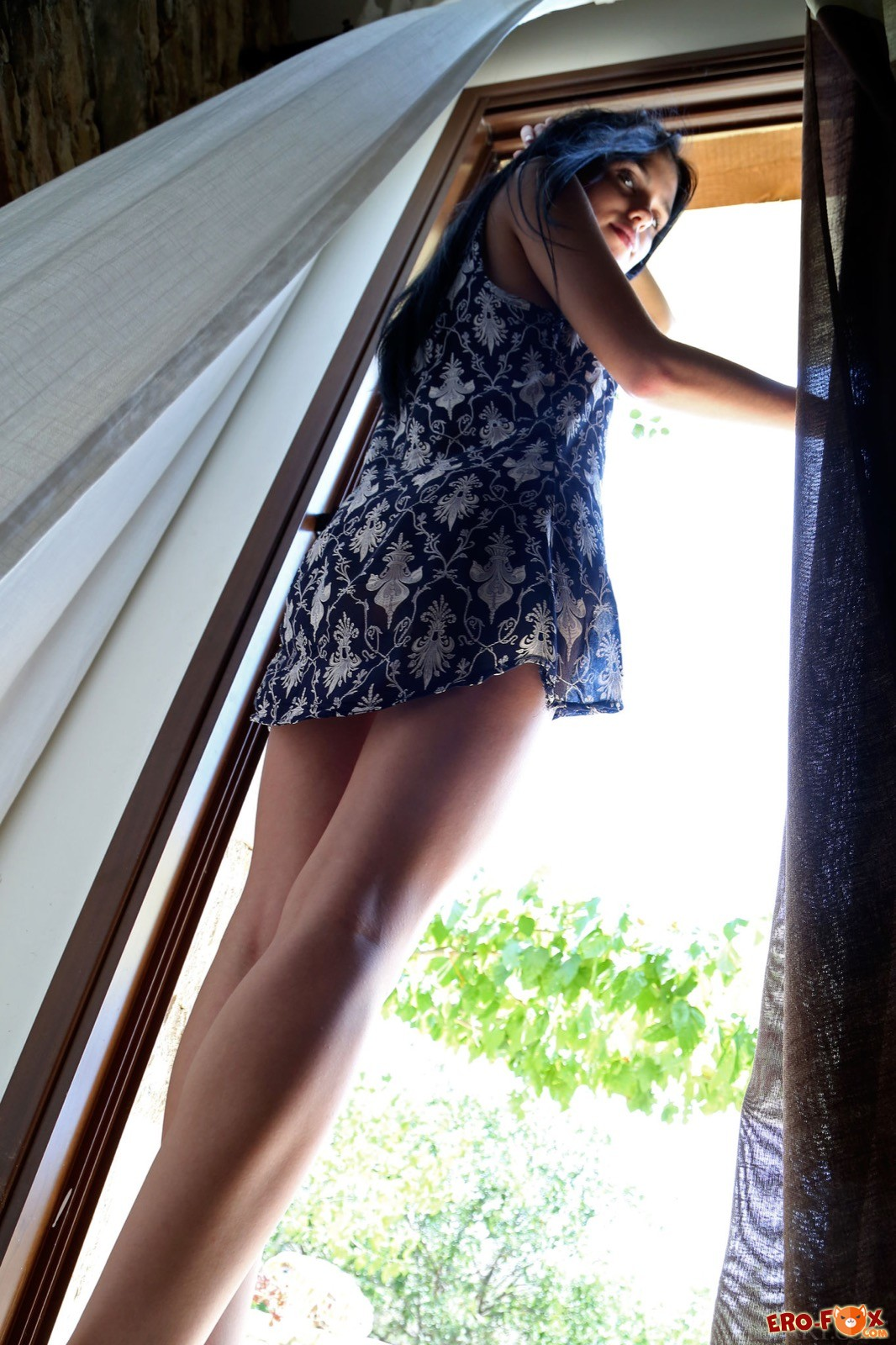 Милая девка с накаченными губами снимает платье