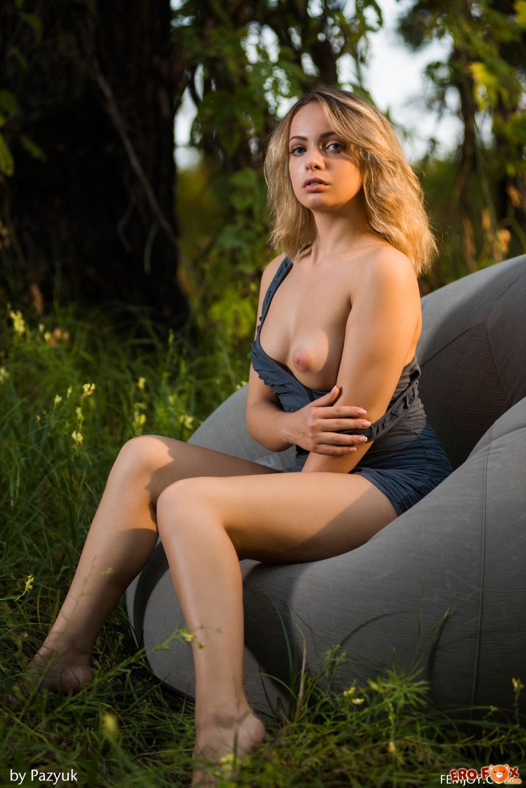 Девушка в платье без нижнего белья на природе