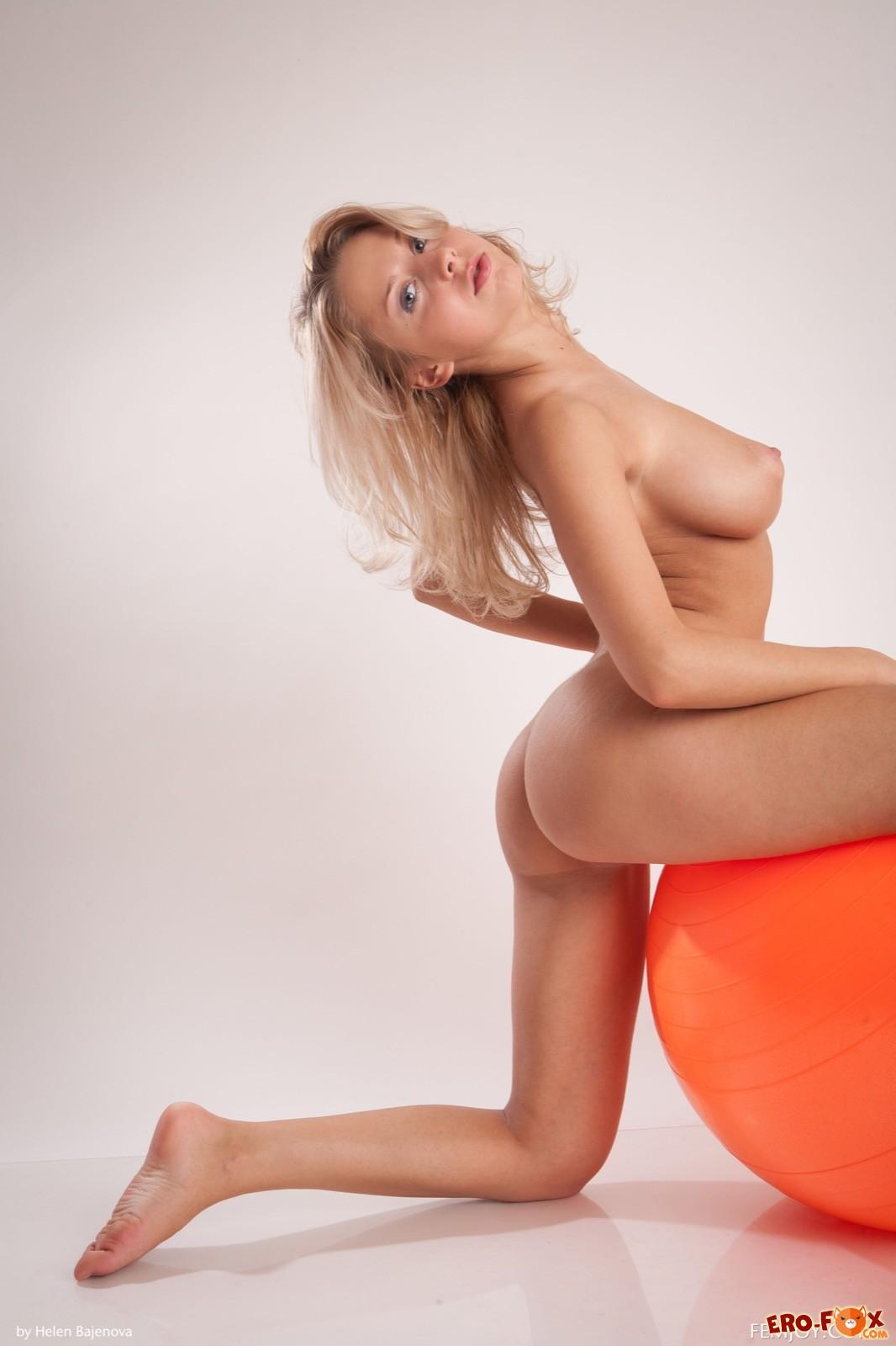 Голая блондинка с шикарными сиськами