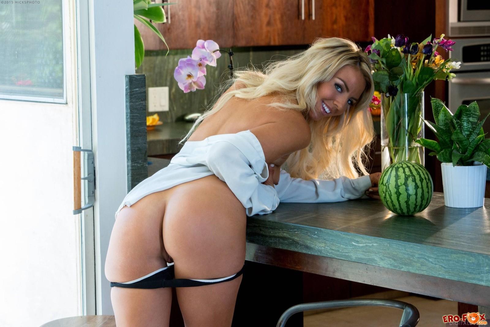Эффектная блондинка снимает трусики на кухне