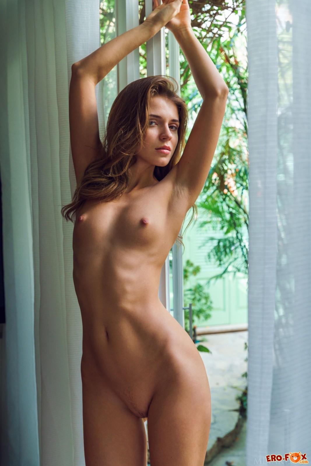 Сексуальная девушка сняла платье и трусики